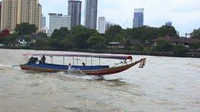 BANGKOK, THAILAND 15. November 2017: Ansicht der Stadt vom Boot Das Hochhaushaus in der Stadt stock video