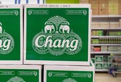 BANGKOK THAILAND - NOVEMBER 26: Askar av thailändskt Chang öl ankommer på den BigC extrahjälpPetchkasem supermarket på November 2 arkivfoto