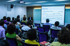 BANGKOK THAILAND-NOVEMBER 29: Bangkok seminarium Det thailändska folket tycker om seminarium Arkivbild