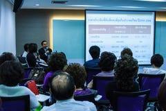 BANGKOK THAILAND-NOVEMBER 29: Bangkok seminarium Det thailändska folket tycker om seminarium Arkivfoton