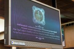 BANGKOK, THAILAND - NOVEMBER 28, 2016: Banner bij de luchthaven Lichte vertoning Exemplaarruimte voor tekst Royalty-vrije Stock Foto's