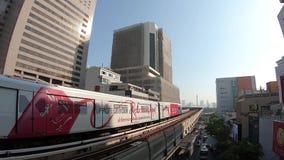 Bangkok, Thailand - November 4,2018:: BTS oder Bangkok-Nahverkehrssystem bewegt heraus die Station vor Sonnenuntergang mit Städte stock video
