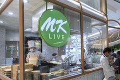 Bangkok, Thailand, 13 November 2018, de Chef-kok van mk Resterrant toont cus royalty-vrije stock fotografie