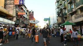 Bangkok, Thailand - November 25, 2018: De hypertijdspanne van Khaosan-weg is 400 meters lang en is de beroemdste straat in Bangko stock footage