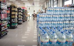 BANGKOK, THAILAND - NOVEMBER 10: De voorraden van de MaxValusupermarkt bott stock foto's