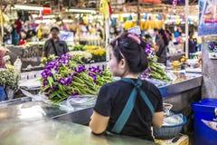 BANGKOK THAILAND - NOVEMBER 07, 2015: Den lokala kvinnan säljer thailändsk st Royaltyfri Foto
