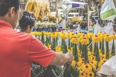 BANGKOK THAILAND - NOVEMBER 07, 2015: Den lokala kvinnan säljer thailändsk st Arkivfoto