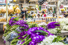 BANGKOK THAILAND - NOVEMBER 07, 2015: Den lokala kvinnan säljer thailändsk st Fotografering för Bildbyråer