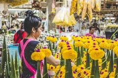 BANGKOK THAILAND - NOVEMBER 07, 2015: Den lokala kvinnan säljer thailändsk st Arkivbild