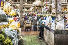 BANGKOK THAILAND - NOVEMBER 07, 2015: Den lokala kvinnan säljer thailändsk st Royaltyfri Bild