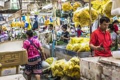 BANGKOK THAILAND - NOVEMBER 07, 2015: Den lokala kvinnan säljer thailändsk st Royaltyfria Foton