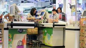 Bangkok Thailand - November 10, 2018: Den oidentifierade kvinnan som betalar för livsmedel på, checkout räknaren arkivfilmer
