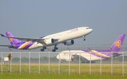 BANGKOK THAILAND NOVEMBER 22: den Thai Airways nivån tar av från Arkivbilder