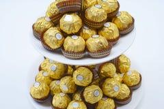BANGKOK THAILAND - 15. November 2017: Ein Kasten Schokoladen Ferrero Rocher Seit 1982 besteht die Süßigkeit aus einem Ganzes gebr Stockfotos