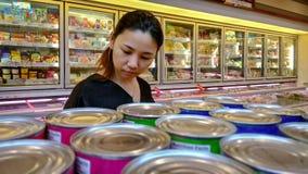BANGKOK THAILAND - NOVEMBER 07: En kvinna shoppar i den på burk fooen Royaltyfria Bilder