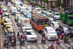 BANGKOK, THAILAND - 28. NOVEMBER 2016: Fahrzeuge Motorrad, Bus, Auto und Taxi warten auf ein grünes Licht am Schnitt mit Kreuz Lizenzfreie Stockfotografie