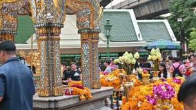 Bangkok Thailand - November 23, 2018: Folket ber och betalar vördnad till Phra Phrom på den berömda Erawan relikskrin arkivfilmer