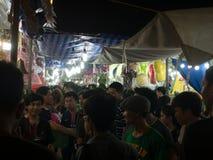 BANGKOK THAILAND - NOVEMBER 14, 2016: folket shoppar colourfulldrycker på nattmarknaden i den Loy Kratong festivalen Bangkok, T Royaltyfri Fotografi