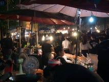 BANGKOK THAILAND - NOVEMBER 14, 2016: folket shoppar colourfulldrycker på nattmarknaden i den Loy Kratong festivalen Bangkok, T Arkivfoto