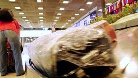 Bangkok, Thailand am 22. November 2015, Gepäck reist auf ein Förderband im Flughafen Reisendnehmenkoffer von a stock video footage