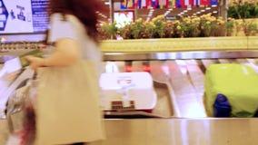 Bangkok, Thailand am 22. November 2015, Gepäck reist auf ein Förderband im Flughafen Unbestimmter Reisender nimmt Koffer stock video