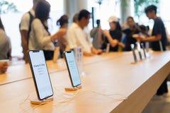 BANGKOK, THAILAND - November 11, 2018: Het nieuwe iPhone XS Maximum laden in basisstation gaat op verkoop in Apple Store in Icons stock fotografie