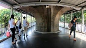 Bangkok, Thailand-November25,2018: La gente che cammina al treno di alianti va alla compera, città, urbana archivi video