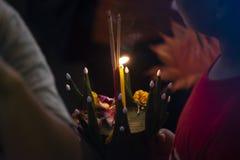 Bangkok, Thailand - November 22 2018: Loy Krathong-het festival, Mensen koopt bloemen en kaars aan licht en vlotter op water aan stock foto