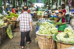 BANGKOK THAILAND - NOVEMBER 07, 2015: Oidentifierat folktrans. Arkivbild