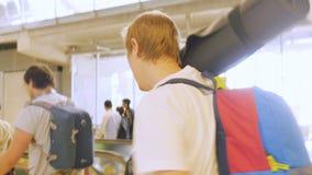 Bangkok, Thailand 22 november 2015, Passagiers met rugzakken op travelator in internationale luchthaven Stock Foto