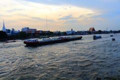 Bangkok Thailand - November 8, 2015: Släpande bränsletankfartyg för litet fartyg i chaoen Phraya River Fotografering för Bildbyråer
