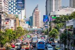 BANGKOK, THAILAND - NOVEMBER 2018: Straat in Bangkok Thailand, een grote opstopping, heel wat auto's en bussen, een zonnige dag,  stock foto's