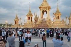 Bangkok Thailand - November 29, 2017 - tränga ihop utställningen för paviljongen för krematoriet för kungliga personen för besökk Arkivbilder