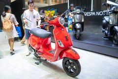 Bangkok, Thailand - 30. November 2018: Vespamotorrad und -zusatz an Bewegungsausstellung 2018 Thailands internationaler BEWEGUNGS stockfotografie