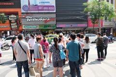 Bangkok, Thailand - 4 Oct 2018: Mensen die straat kruisen bij het vierkante gebied van Siam Het vierkant van Siam is populaire di stock afbeelding
