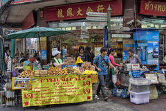 BANGKOK, THAILAND-OCTOBER 26TH 2013: Vendors crowd the pavement Royalty Free Stock Photos