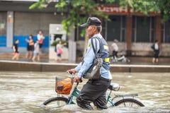 BANGKOK THAILAND - OKTOBER 14: Översvämma i det bullerDaeng området Royaltyfri Bild