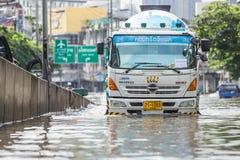 BANGKOK THAILAND - OKTOBER 14: Översvämma i det bullerDaeng området Arkivfoton