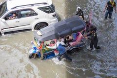 BANGKOK THAILAND - OKTOBER 14: Översvämma i det bullerDaeng området Arkivbild
