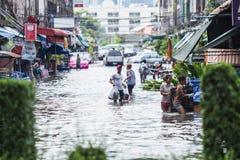 BANGKOK THAILAND - OKTOBER 14: Översvämma i det bullerDaeng området Fotografering för Bildbyråer