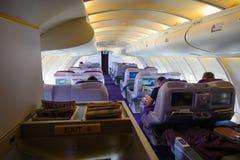 Bangkok Thailand - Oktober 14, 2017: Övredäck för inre kabin för Boeing 747-400 affärsgrupp i Thai Airways Royaltyfri Fotografi