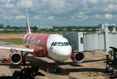 BANGKOK, THAILAND - 23. OKTOBER 2014: Air- Asiaflugzeuge in Bangk Stockbild