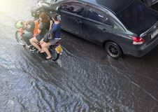 BANGKOK, THAILAND - OKTOBER 14,2017: Ansicht der thailändischen Flut an Ratchada-Ladpraostraße Stockfotos