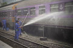 BANGKOK THAILAND - Oktober 2015: Arbeitskräfte waschen Zug an Bahnhof Bangkoks (Hua Lamphong in der thailändischen Sprache) Stockfoto