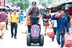 BANGKOK THAILAND - 18 OKTOBER Chatuchak-de Politietoeristen van de Weekendmarkt controleert de veiligheid van toeristen Het produ royalty-vrije stock afbeeldingen