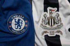 BANGKOK, THAILAND - 19. OKTOBER: Das Logo von Chelsea und von Newcastl Stockfoto