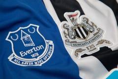 BANGKOK, THAILAND - 19. OKTOBER: Das Logo von Everton und von Newcastl Lizenzfreie Stockfotografie