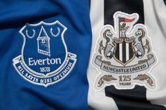 BANGKOK, THAILAND - 19. OKTOBER: Das Logo von Everton und von Newcastl Stockbild