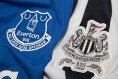BANGKOK, THAILAND - 19. OKTOBER: Das Logo von Everton und von Newcastl Lizenzfreie Stockfotos