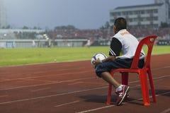 BANGKOK THAILAND OKTOBER 5: Den Unidentify bollmannen sitter på stolen Royaltyfri Bild